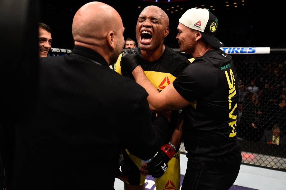 Anderson Silva comemora sua vitória sobre o americano Derek Brunson no UFC 208 em Nova York