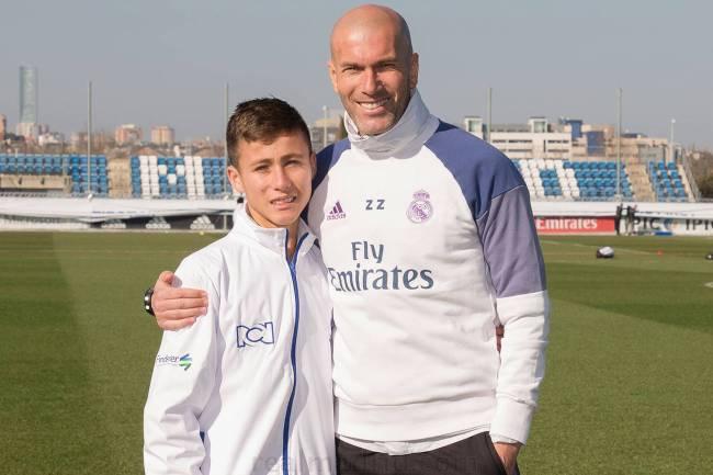 'Anjo da Chape' conhece elenco do Real Madrid