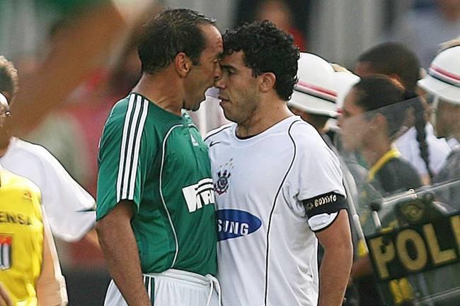 Edmundo e Tevez discutem durante clássico