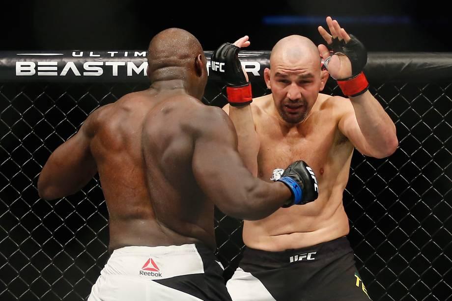 O brasileiro Glover Teixeira durante luta contra o americano Jared Cannonier no UFC 208 em Nova York