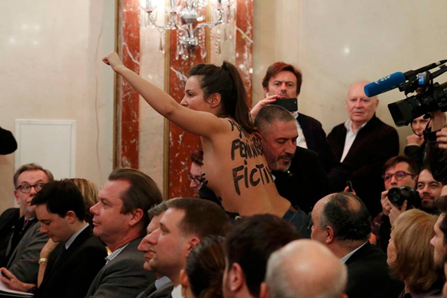 Manifestante de topless protesta durante coletiva de Marine le Pen, em Paris, na França - 23/02/2017