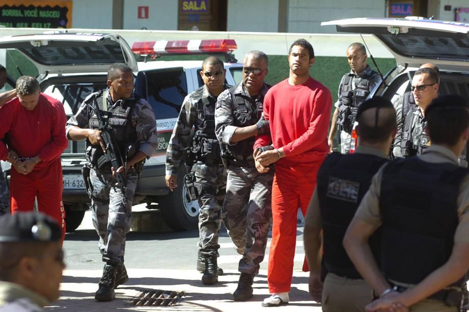 Bruno Fernandes, ex-goleiro do Flamengo, é conduzido por policiais ao fórum de Contagem, sobre o processo do desaparecimento de Eliza Samudio, sua ex-amante, em 2010