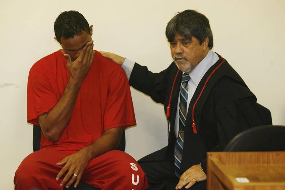 O ex-goleiro Bruno Fernandes, acusado de mandar matar sua amante, a modelo Eliza Samudio, em junho de 2010, durante o segundo dia do julgamento no Fórum de Contagem, Região Metropolitana de Belo Horizonte, ao lado de seu advogado Lúcio Adolfo