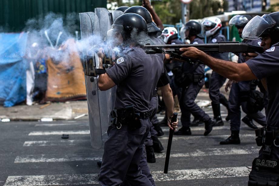 Polícia Militar avança em usuários de drogas na Cracolândia, em São Paulo, para tentar removê-los do local - 23/02/2017
