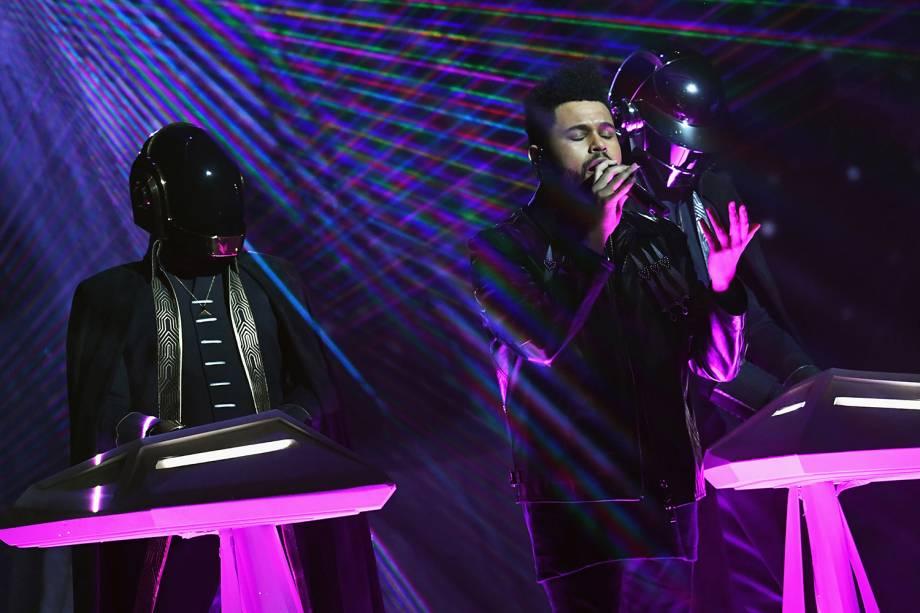 The Weeknd se apresenta ao lado da dupla Daft Punk durante a cerimônia da 59ª edição do Grammy, em Los Angeles, nos Estados Unidos - 12/02/2017
