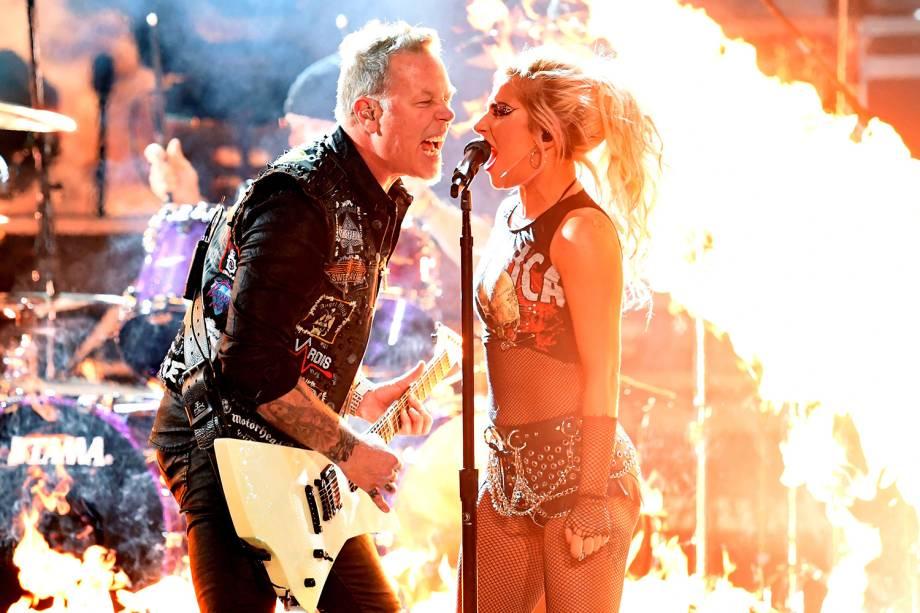 Lady Gaga canta junto com James Hetfield, da banda Metallica, durante  durante a cerimônia da 59ª edição do Grammy no Staples Center, em Los Angeles, nos Estados Unidos - 12/02/2017