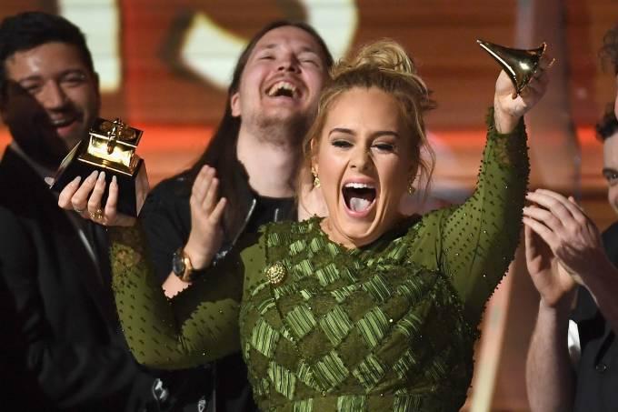 A cantora Adele com o Grammy de Álbum do Ano quebrado, durante a cerimônia da 59ª edição do Grammy no Staples Center, em Los Angeles, nos Estados Unidos – 12/02/2017