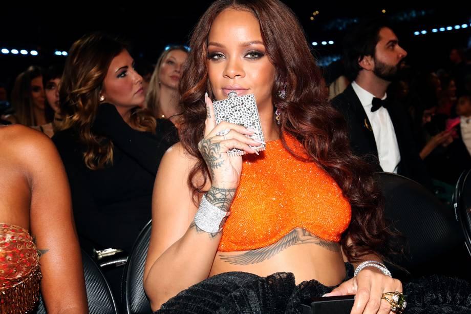 A cantora Rihanna mostra um cantil durante a cerimônia da 59ª edição do Grammy no Staples Center, em Los Angeles, nos Estados Unidos - 12/02/2017