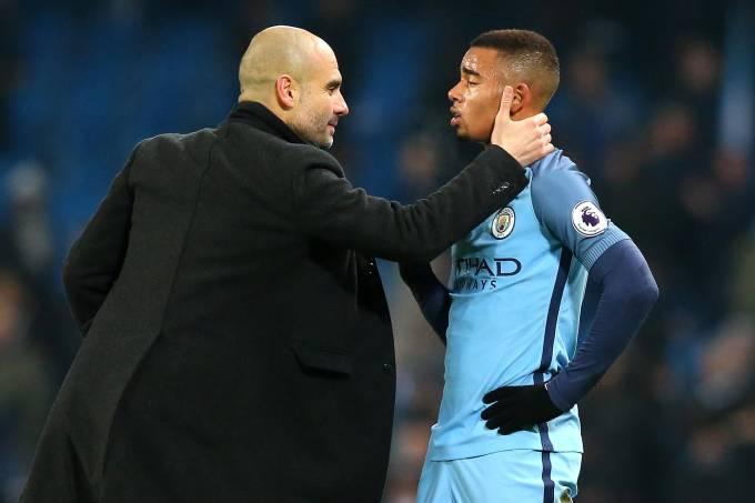 Pep Guardiola cumprimenta Gabriel Jesus por sua grande atuação