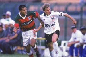 Henrique, do Corinthians, e Noberto, da Portuguesa, durante jogo pelo Campeonato Paulista de Futebol.