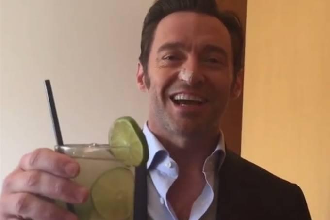 Hugh Jackman bebe caipirinha no Brasil