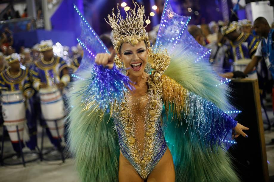 A rainha de bateria da União da Ilha do Governador, Tânia Oliveira, durante a segunda noite de desfiles na Marquês de Sapucaí - 27/02/2017