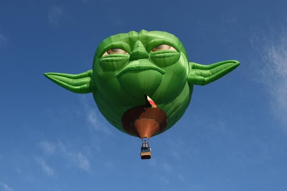 Balão no formado da personagem Mestre Yoda, dos filmes Star Wars, sobrevoa a cidade de Manila durante Festival Internacional de Balões de Ar Quente, nas Filipinas - 09/02/2017