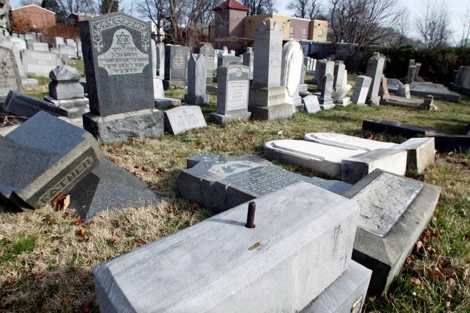 Lápides ficam no chão depois de um ataque de vândalos a um cemitério judeu, na Filadélfia, no estado americano da Pensilvânia - 27/02/2017
