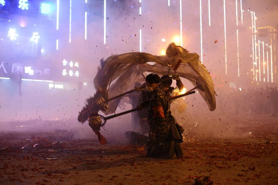 Pessoas fazem performances com dragão decorativo durante o festival de lanternas chinesas que acontece em Fuchuan, China - 10/02/2017
