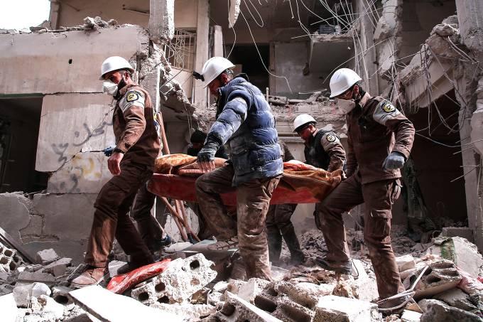 Imagens do dia- Voluntários da defesa civil da Síria procuram sobreviventes após ataque aéreo em Tishrin, Damasco – 22/02/2017
