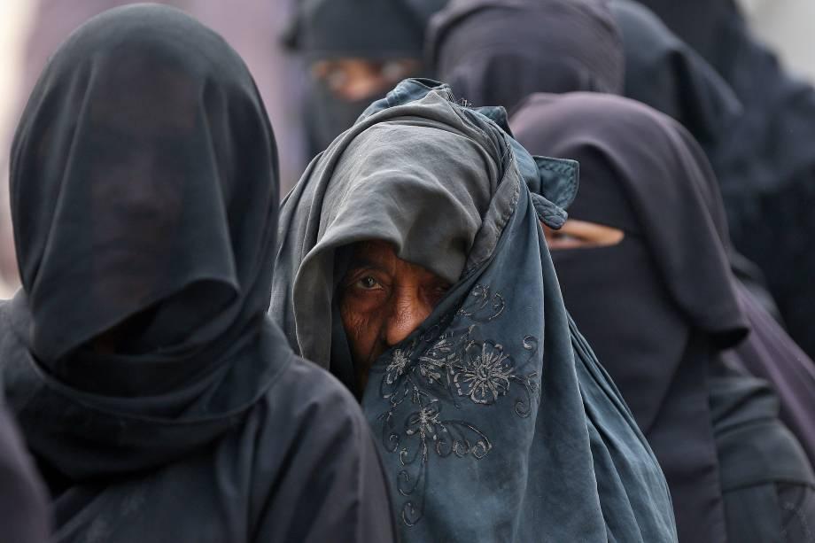 Mulheres fazem fila para votar durante a eleição da assembleia de estado, na cidade de Deoband, no estado indiano de Uttar Pradesh - 15/02/2017