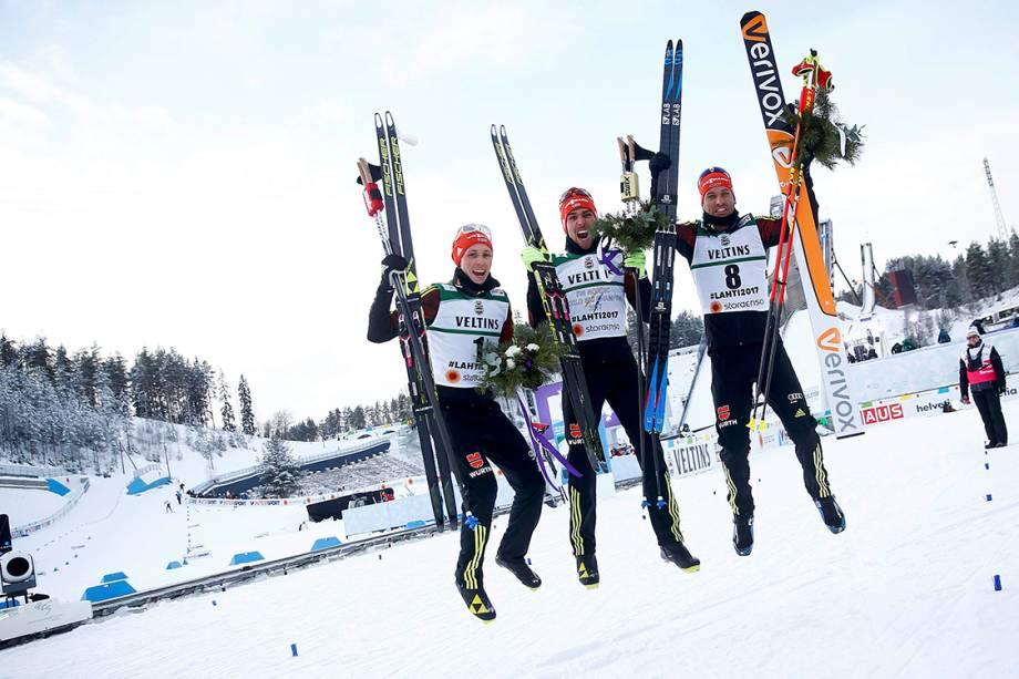Primeiro colocado no campeonato nórdico de esqui, Johannes Rydzek, comemora com seus compatriotas após competição - 24/02/2017