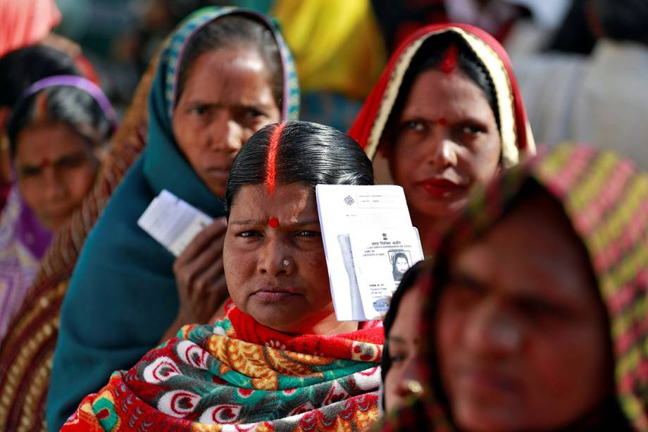 Mulheres enfileiradas aguardam sua vez de votar na eleição da assembleia do estado em Ayodhya, Índia - 27/02/2017