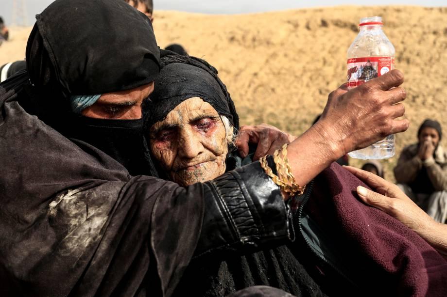 Desabrigados descansam no deserto após fugirem de suas casas durante os conflitos entre as forças de segurança iraquianas e militantes do Estado Islâmico em Mosul - 27/02/2017