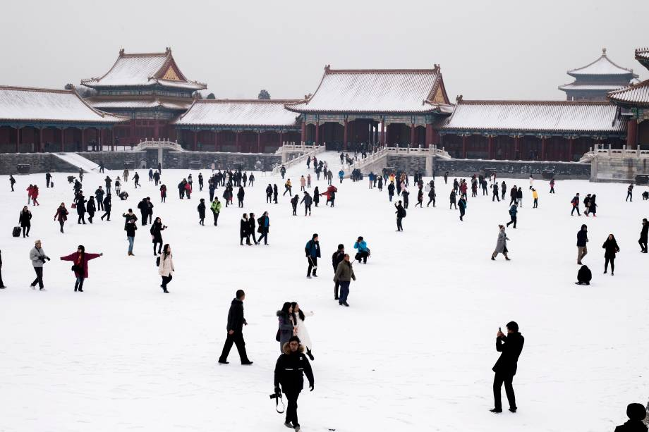 Pessoas andam na neve na Cidade Proibida após a visita do primeiro-ministro francês Bernard Cazeneuve em Pequim, na China - 22/02/2017