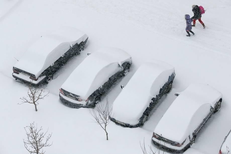 Carros ficam cobertos de neve durante forte nevasca em Kiev, na Ucrânia - 06/02/2017