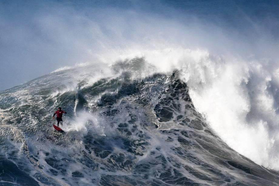O chileno Rafael Tapia surfa uma onda gigante naPraia do Norte, na cidade de Nazaré em Portugal - 10/02/2017