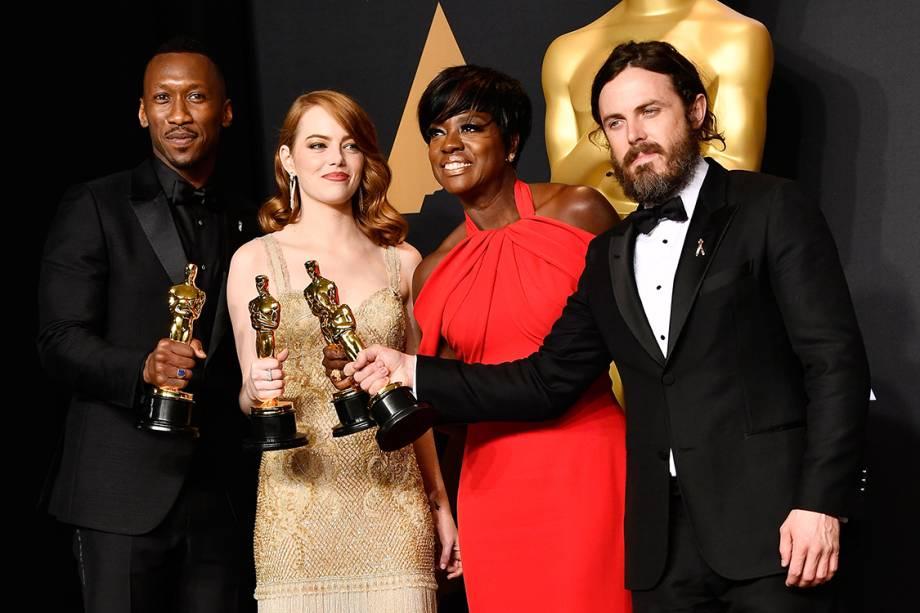 Mahershala Ali, Emma Stone, Viola Davis e Casey Affleck ostentam suas estatuetas da premiação do Oscar na sala de imprensa do evento - 27/02/2017