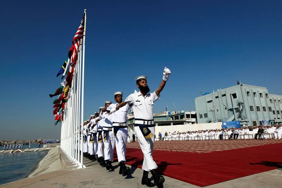 Soldados da marinha paquistanesa marcham durante cerimônia de abertura do Exercício Multinacional da Marinha do Paquistão, em Karachi - 10/02/2017