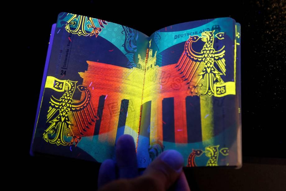 Novo passaporte eletrônico alemão é retratado sob luz ultravioleta durante apresentação aos meios de comunicação em Berlim - 23/02/2017