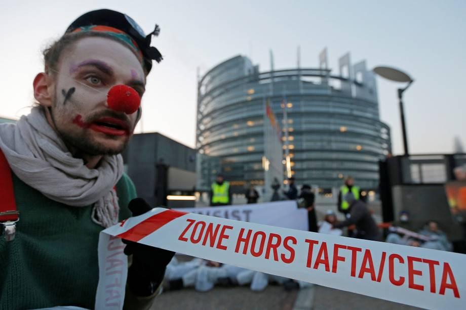 Manifestante vestido de palhaço protesta contra o Tratado de Livre-Comércio e Investimentos entre União Europeia e Canadá (CETA), em Strasbourg, na França - 15/02/2017