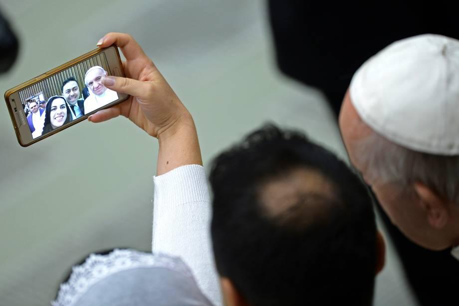 Casal recém-casado tira uma selfie com o papa Francisco durante audiência geral semanal do pontífice no Vaticano - 15/02/2017