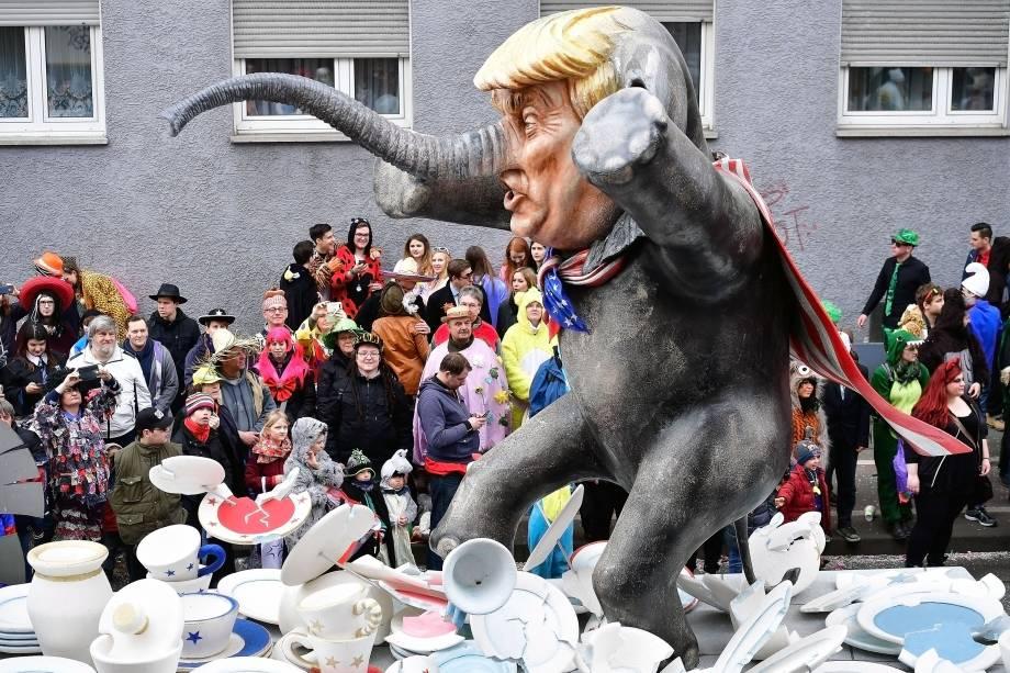 Alegoria satiriza o presidente americano Donald Trump durante o Carnaval de Mainz, na Alemanha - 27/02/2017