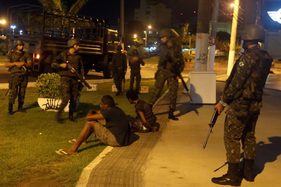 Oficiais do exército prendem dois homens suspeitos de roubarem lojas em Vitória, no Espírito Santo. O estado enfrenta uma grave crise de segurança pública devido à paralisação dos policiais militares que reivindicam reajuste salarial e melhores condições de trabalho - 07/02/2017