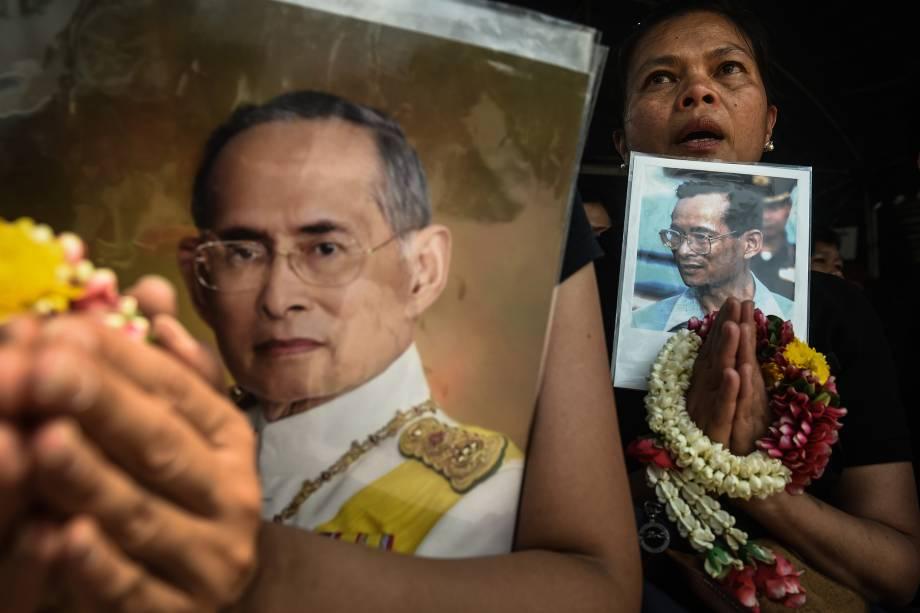 Mulher faz orações com uma fotografia do rei tailandês Bhumibol Adulyadej, falecido em 2016, após uma cerimônia religiosa para marcar o início da construção do mausoléu dedicado ao monarca, em Bangcoc - 27/02/2017