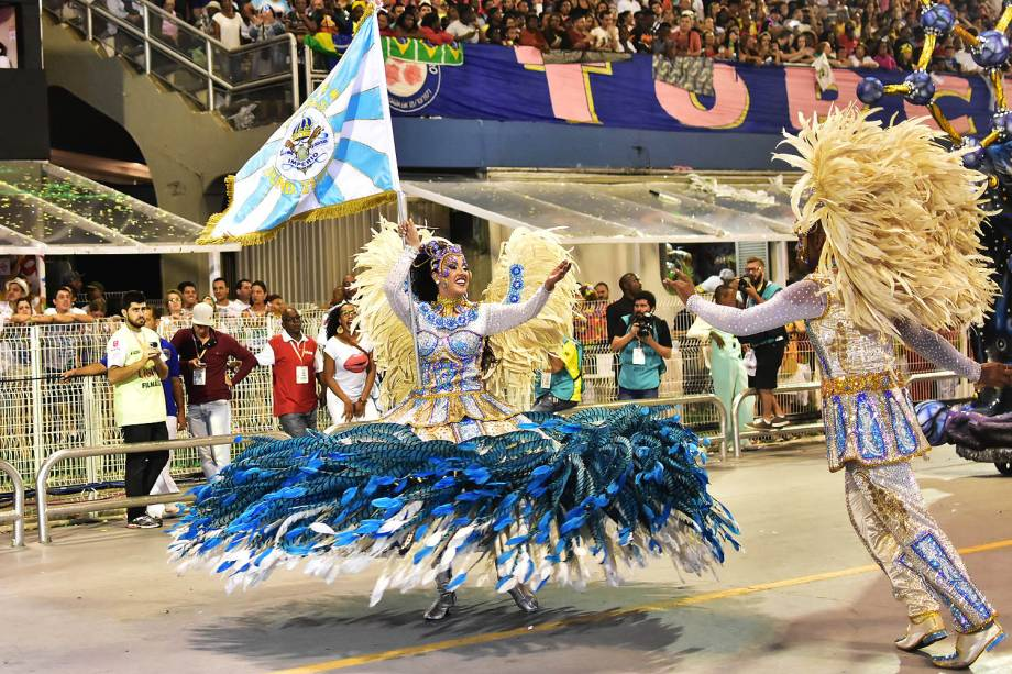 O mestre-sala e a porta-bandeira da Império de Casa Verde, Rodrigo Antônio e Jessica Gioz durante o desfile, no Sambódromo do Anhembi, em São Paulo (SP) - 26/02/2017
