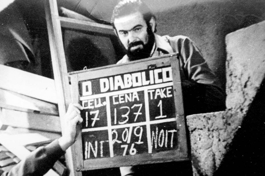 """José Mojica Marins no set de filmagens de """"O Diabólico Mundo do Zé do Caixão"""", de sua direção"""
