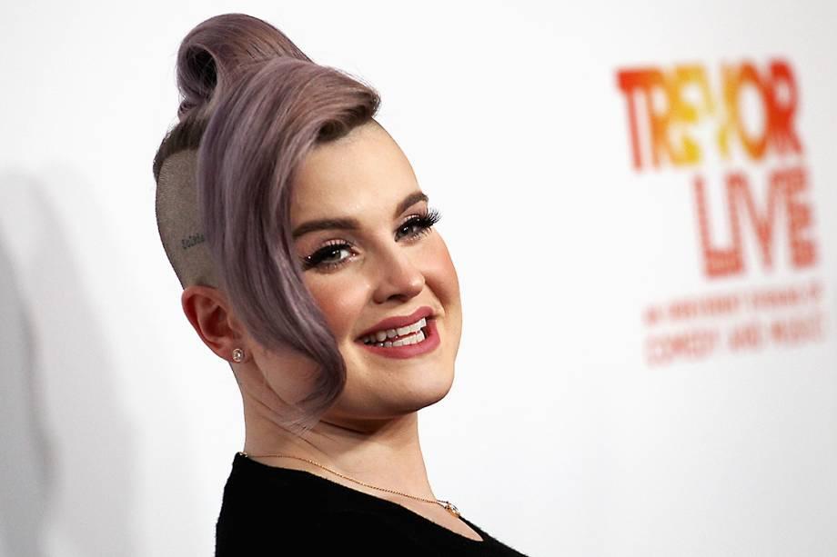 A atriz Kelly Osbourneusa óleo de coco como maquiagem. Segundo ela o produto funciona como um iluminador natural e é usado nas maçãs do rosto.