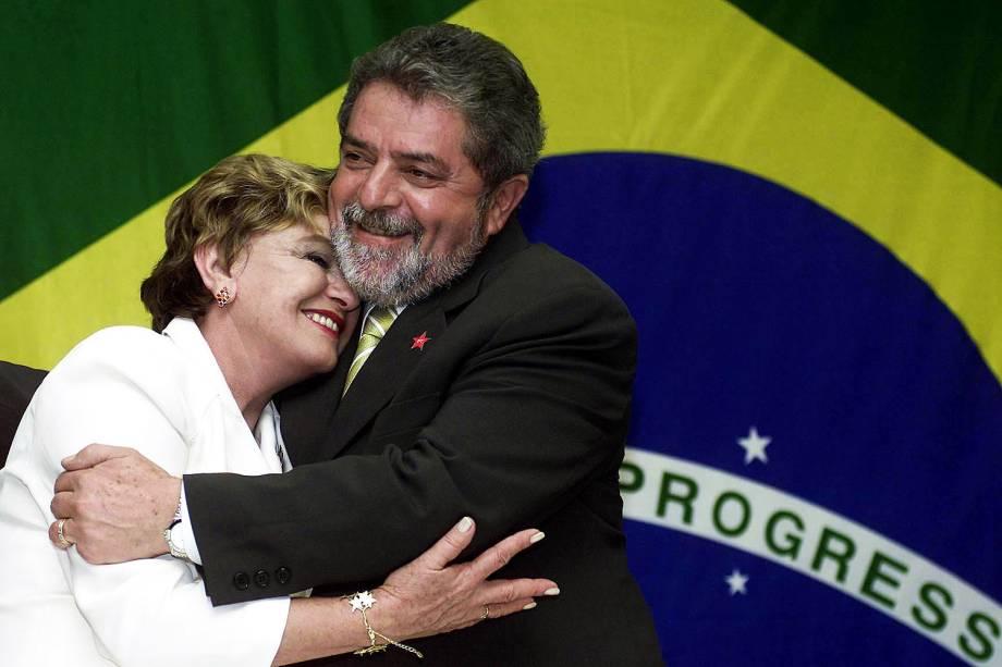 Lula abraça Marisa Letícia após vencer o segundo turno das eleições presidenciais, em 2002
