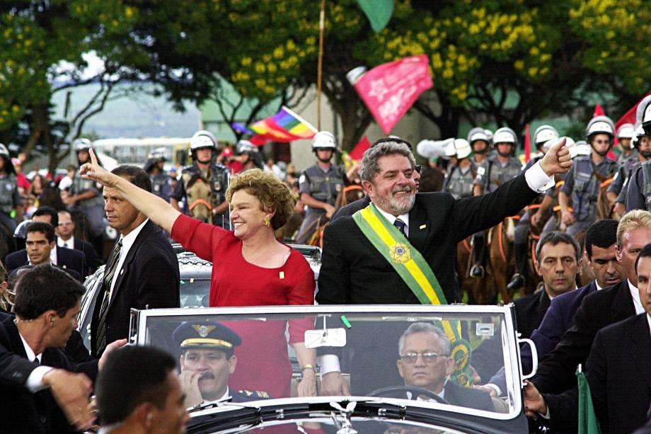 Lula e Marisa Letícia no Rolls-Royce presidencial, após cerimônia de sua posse em janeiro de 2002