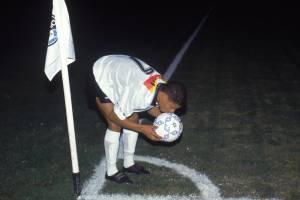 Marcelinho Carioca, do Corinthians, beijando a bola durante o jogo contra o Grêmio, na finalíssima da Copa do Brasil 1995, no Estádio Olímpico.