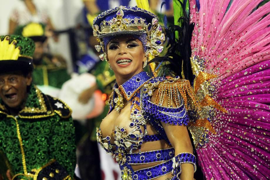 A rainha de bateria da Paraíso do Tuiuti, Caroline Marins, durante a primeira noite de desfiles na Marquês de Sapucaí - 26/02/2017