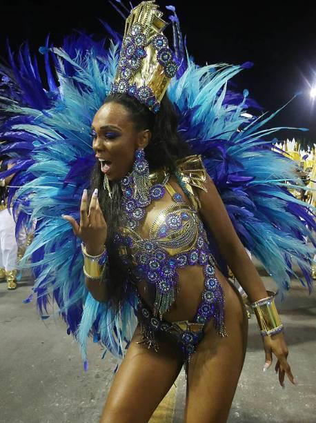 A rainha de bateria da Unidos do Peruche, Stephanye Cristine, durante o segundo dia dos desfiles das escolas de samba, no Sambódromo do Anhembi, em São Paulo (SP) - 26/02/2017