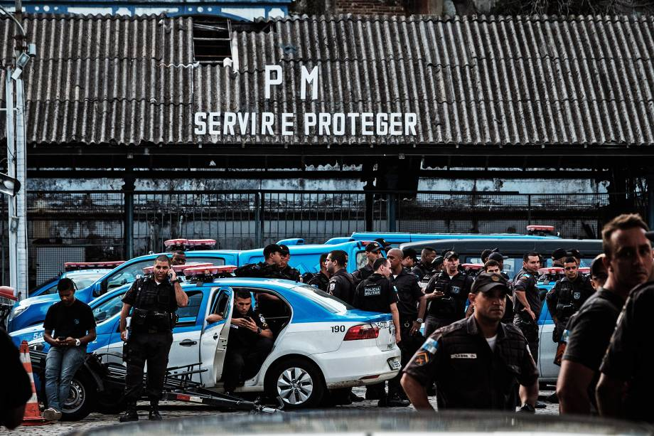 Mulheres de policiais militares do Rio de Janeiro, protestam em frente ao portão da corporação. Familiares de policiais militares do Rio de Janeiro protestam em cerca de 10 unidades da PM em todo o Estado, nesta manhã - 10/02/2017