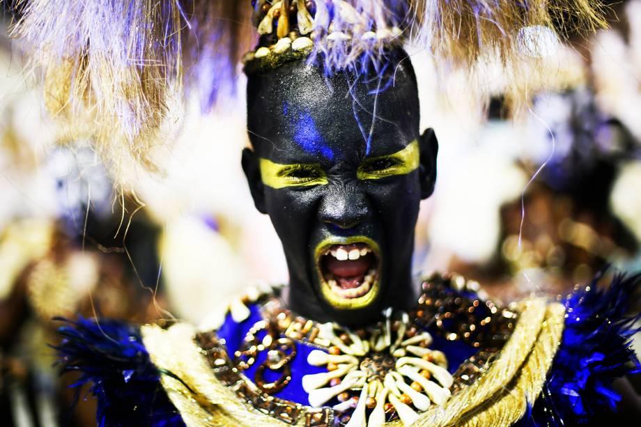 Com o enredo 'Nzara Ndembu! Glória ao Senhor Tempo', a escola de samba União da Ilha do Governador desfila no Sambódromo da Marquês de Sapucaí, no Rio de Janeiro (RJ) - 27/02/2017