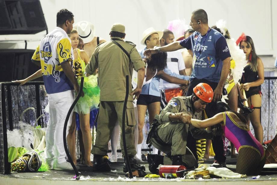 Bombeiros auxiliam feridos após estrutura de carro alegórico da Unidos da Tijuca despencar - 28/02/2017
