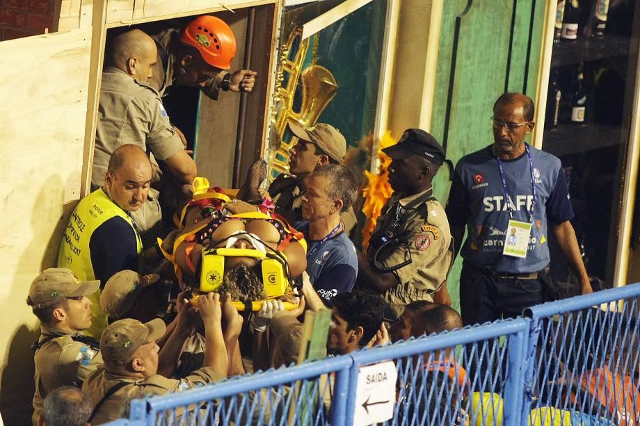 Bombeiros retiram feridos de carro alegórico após acidente - 28/02/2017