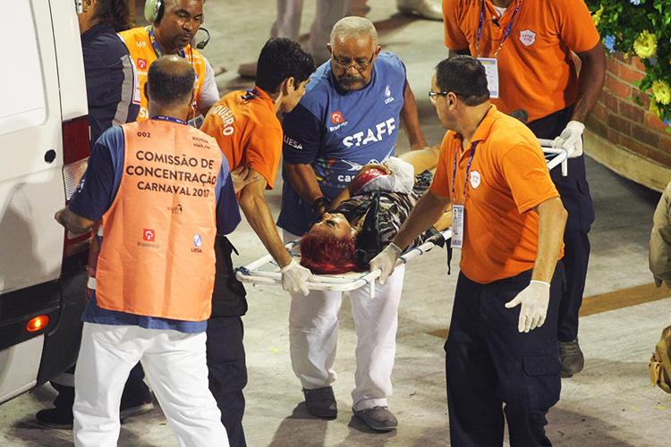 Bombeiros retiram mulher ferida em maca após estrutura de carro alegórico da Unidos da Tijuca despencar - 28/02/2017