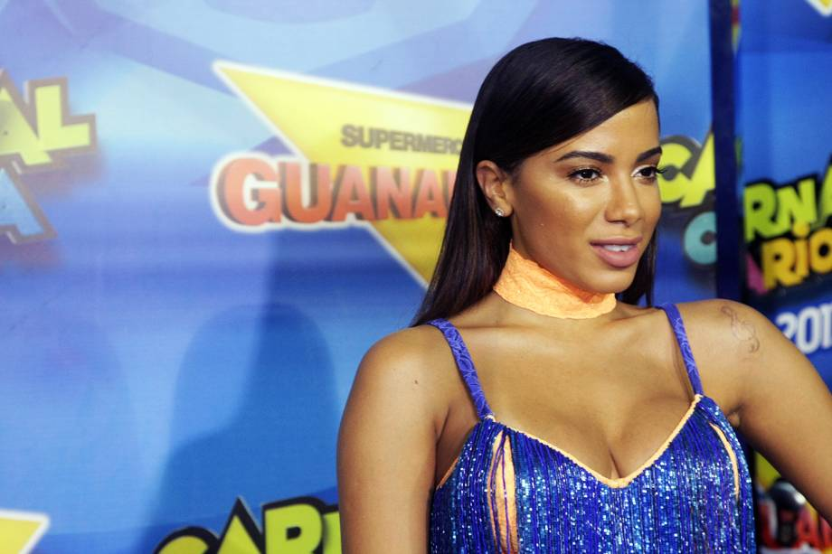 A cantora Anitta posa para fotos no Camarote Guanabara - 27/02/2017