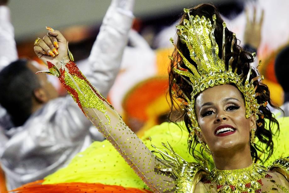 A rainha de bateria da São Clemente, Raphaela Gomes, durante a segunda noite de desfiles na Marquês de Sapucaí - 28/02/2017